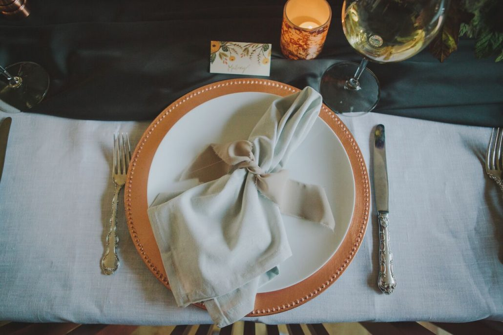 All the fall feels for a Friendsgiving tablesetting.