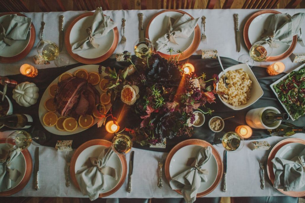 Friendsgiving tablesetting with all the fixings